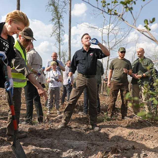 Agata Duda i Andrzej Duda sadzą drzewka