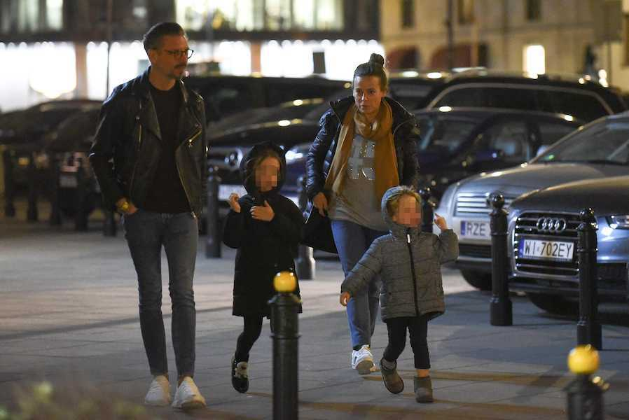 Zdjęcie (6) Rewelacja! Anna Mucha buszuje po sklepach ze słodkimi dziećmi i przystojnym Marcelem Sorą! Raj dla paparazzi!