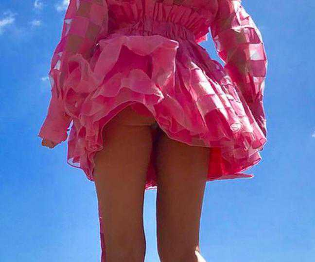 Pupa Małgorzaty Rozenek wystawała spod różowej sukienki