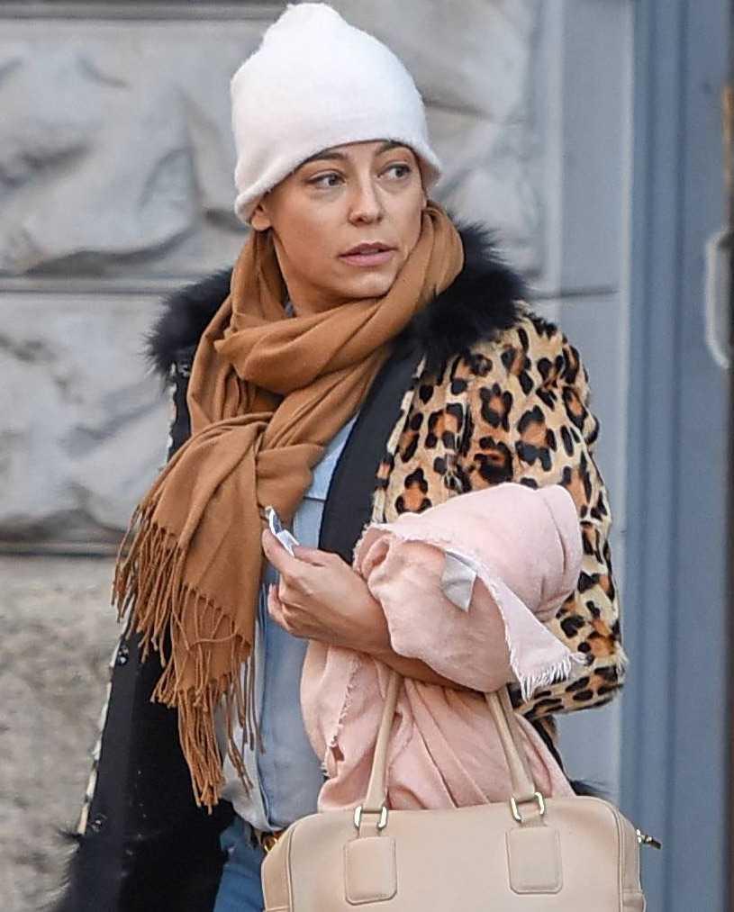 Anna Mucha w płaszczu w panterkę