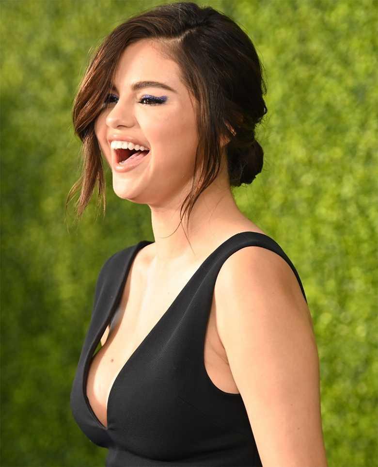Selena Gomez z dużym dekoltem