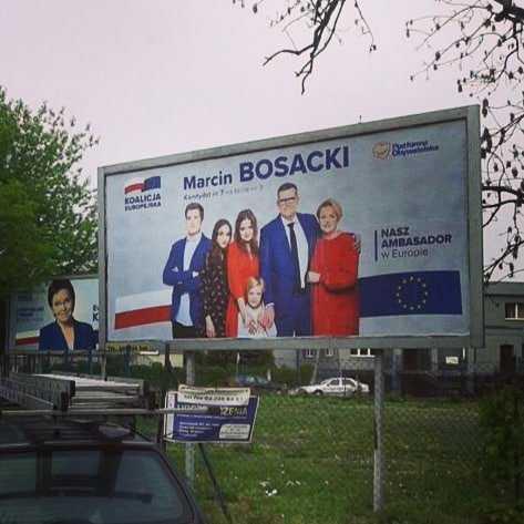 Katarzyna Bosacka z dziećmi i mężem na plakacie wyborczym