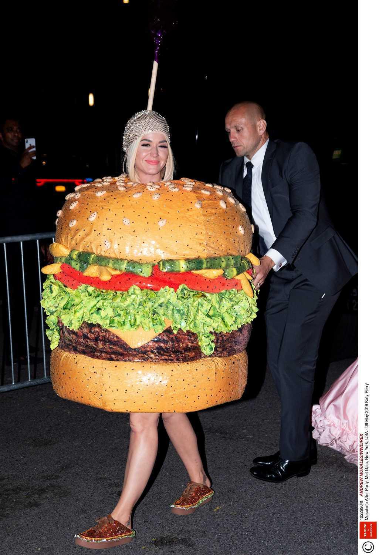 Katy Perry jako hamburger na MET Gala 2019
