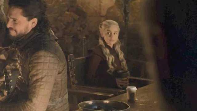 Gra o Tron wpadka na planie serialu kubek ze Starbucks