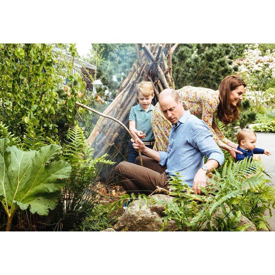 Książę William i książę George w królewskim ogrodzie
