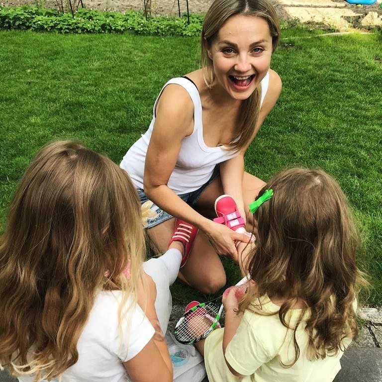 Małgorzata Socha z córkami w ogródku