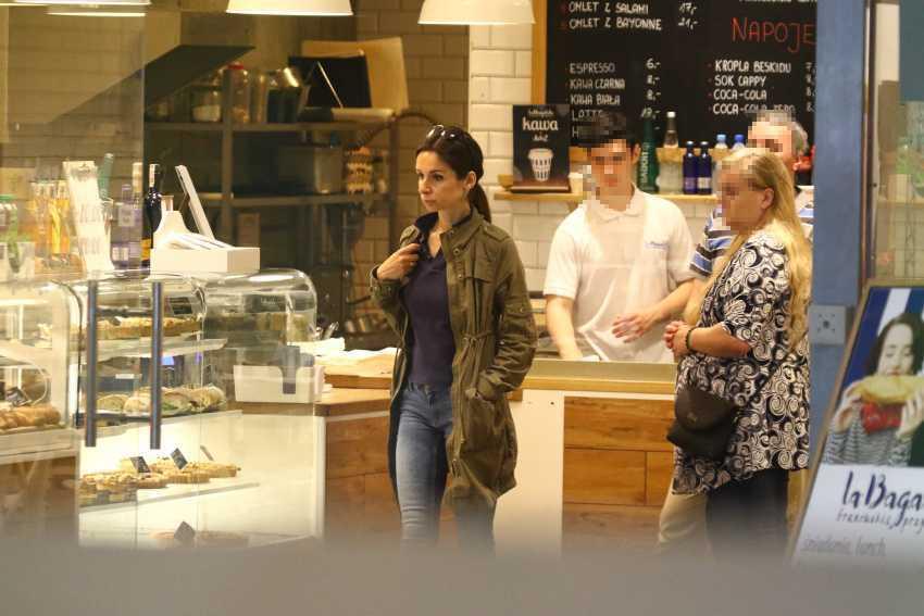 Marta Kaczyńska kupuje pieczywo