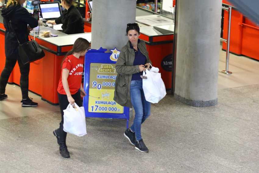 Marta Kaczyńska z córką z siatami zakupów