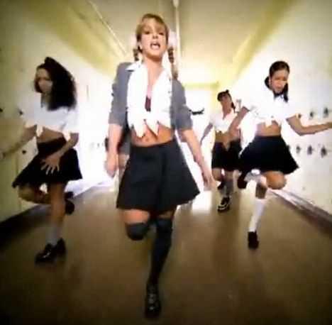 Britney Spears w teledysku do …Baby one more time