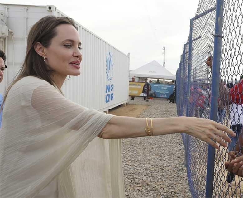 Angelina Jolie - wychudzona ręka