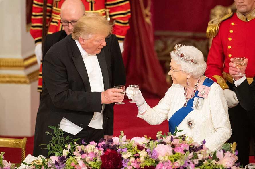 Donald Trump i królowa Elżbieta II na bankiecie w pałacu Buckingham