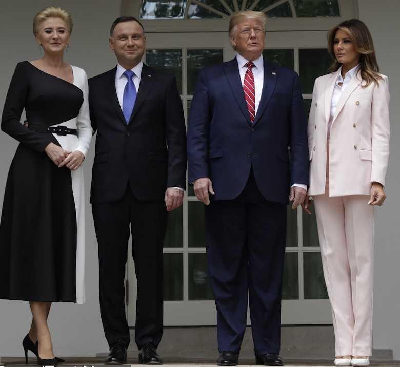 Melania Trump i Donald Trump przed Białym Domem