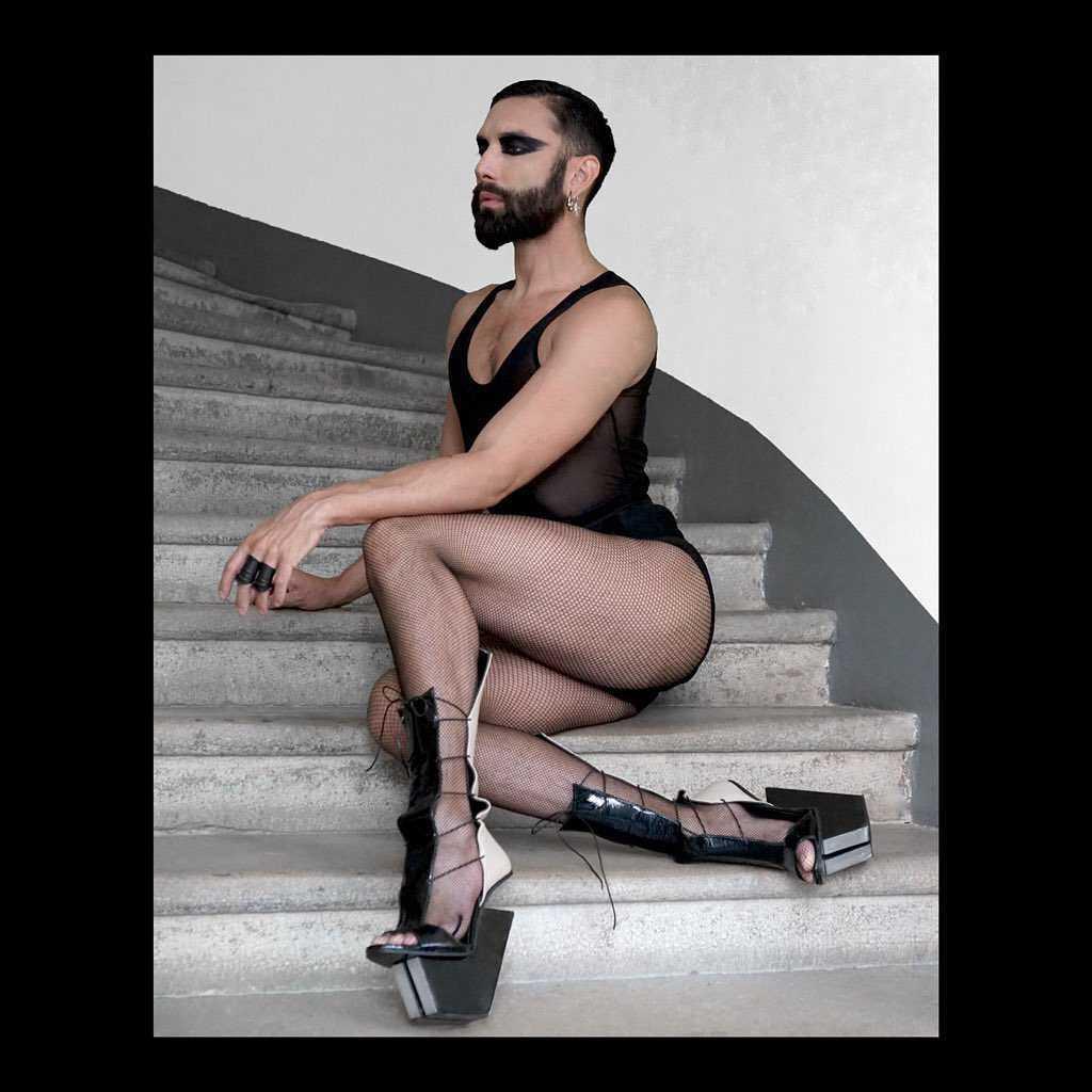 Conchita Wurst w butach z kosmosu