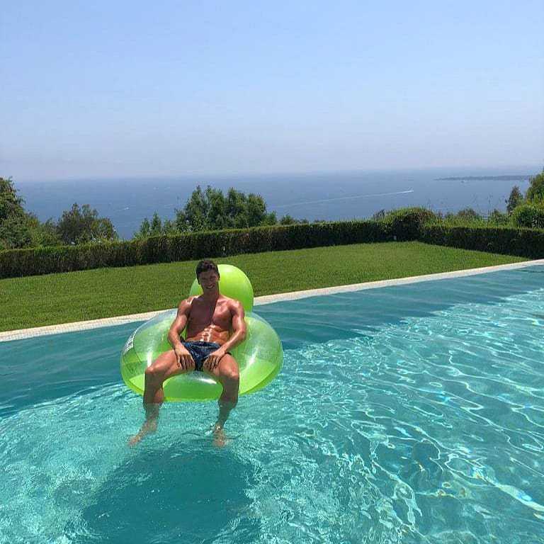 Robert Lewandowski opala się na dmuchanej zabawce w Cannes