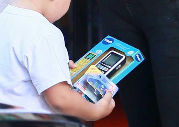 Angelina Jolie na ulicach Paryża kupiła chłopcu zabawkę