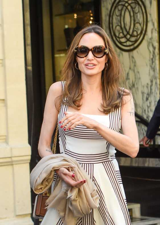 Angelina Jolie w sukience w paski w Paryżu