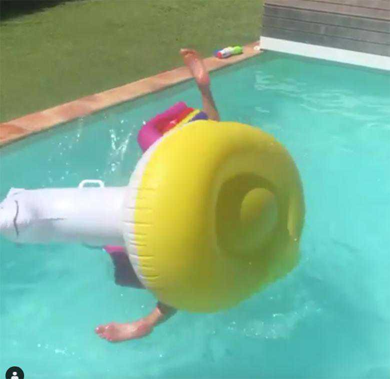 Zdjęcie (4) Małgorzata Rozenek z hukiem runęła do wody z dmuchanej zabawki! Radzio nagrał wpadkę gwiazdy. Internauci płaczą ze śmiechu [WIDEO]