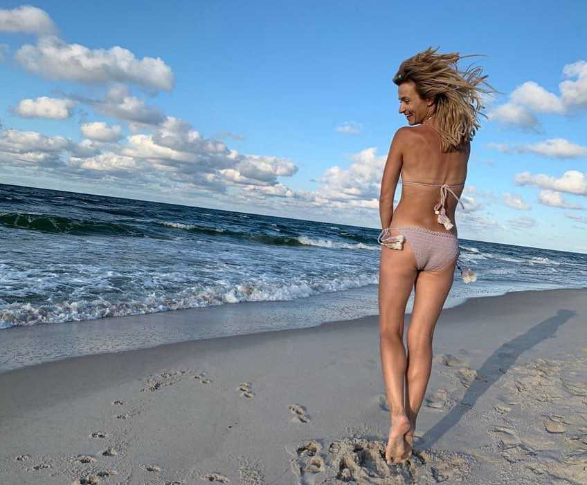 Joanna Koroniewska pokazała się w bikini na plaży w Juracie