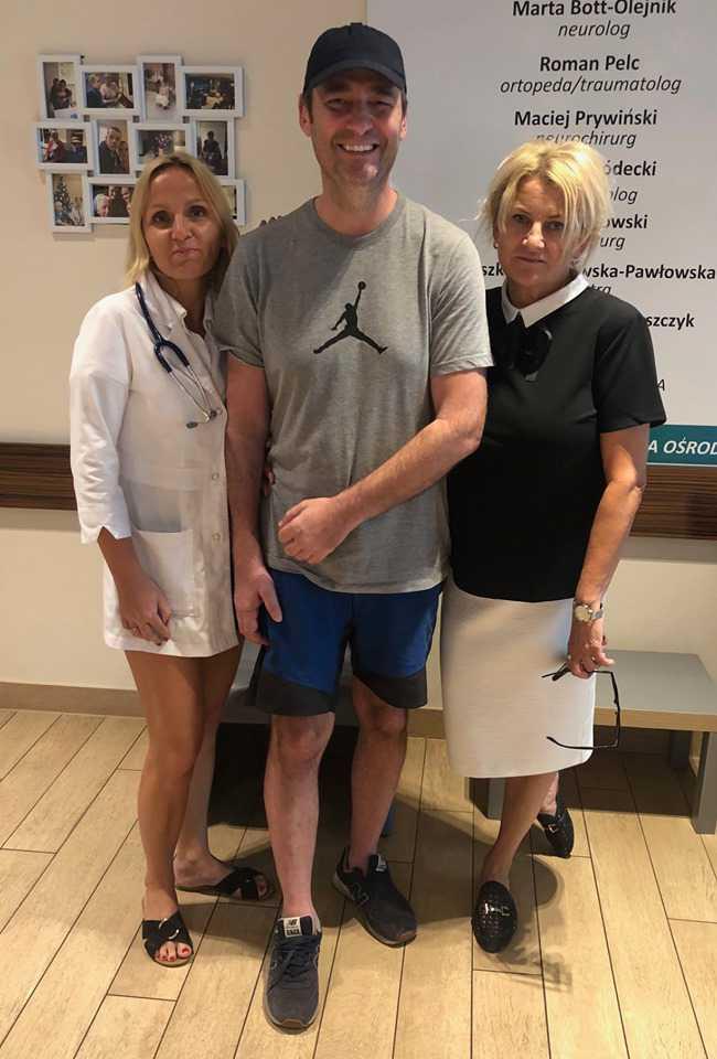Jacek Rozenek wychodzi z ośrodka rehabilitacyjnego