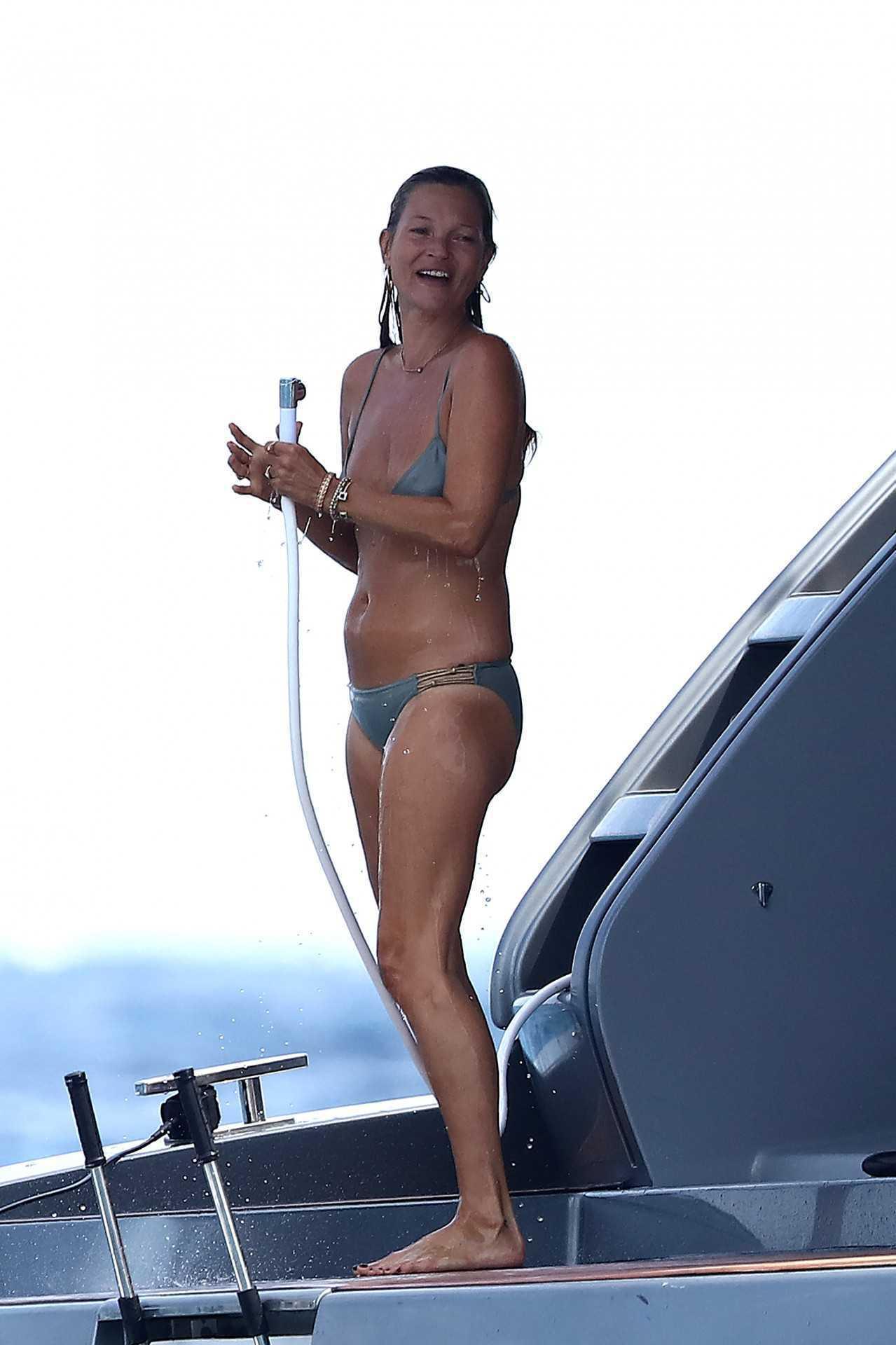 Kate Moss w bikini na prywatnym jachcie w Saint Tropez