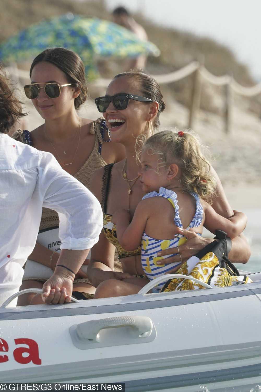 Irina Shayk w kreacji Versace z córką Leą na wakacjach w Hiszpanii