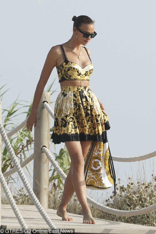Irina Shayk w kreacji Versace na wakacjach w Hiszpanii