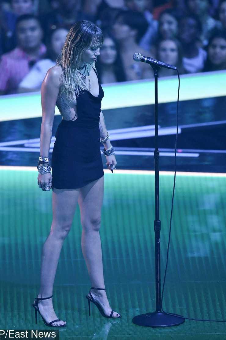 Miley Cyrus podczas występu na MTV VMA 2019