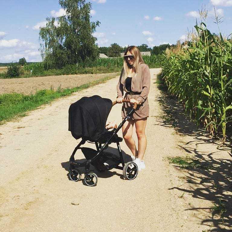 """Zdjęcie (4) Olga Kalicka i Małgosia Borysewicz z """"Rolnika"""" pokazały, w czym wożą dzieci! To dopiero luksus na czterech kółkach!"""
