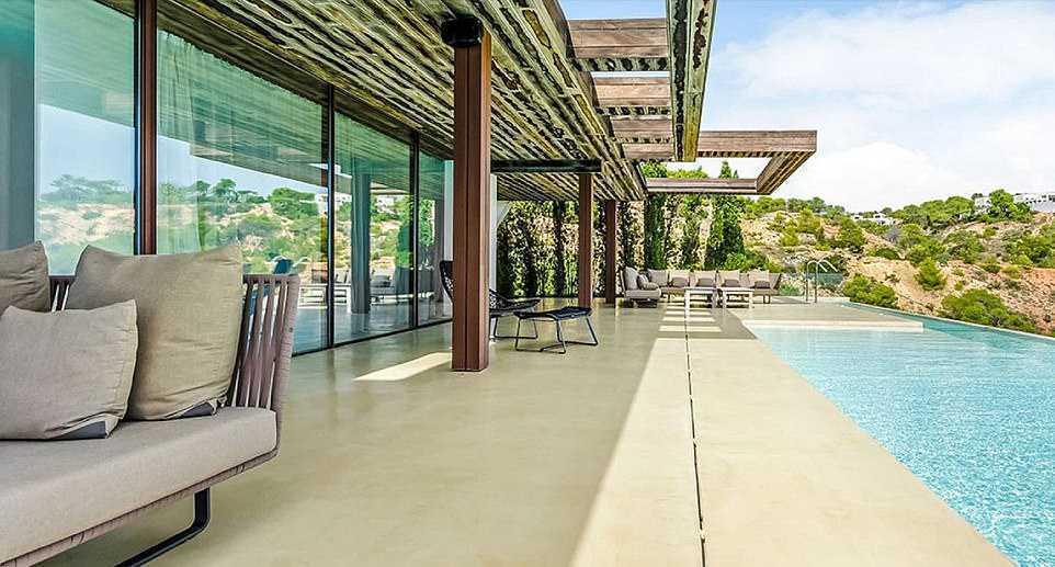 Meghan i Harry - basen w wakacyjnej posiadłości