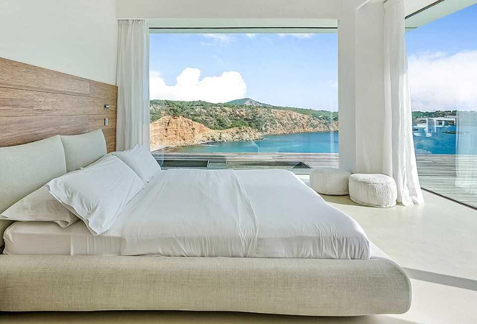 Meghan i Harry - sypialnia w wakacyjnej posiadłości na Ibizie