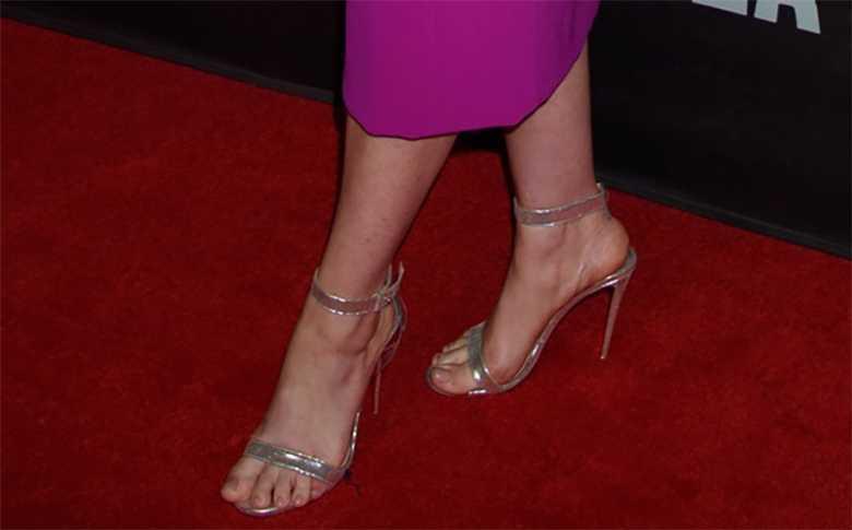 Anne Hathaway wybrała sandałki na obcasie