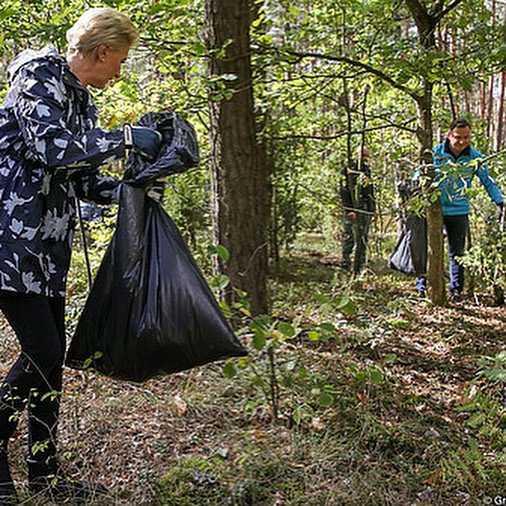 Agata Korhauser-Duda sprząta las