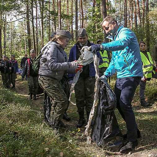 Andrzej Duda podczas sprzątania lasu
