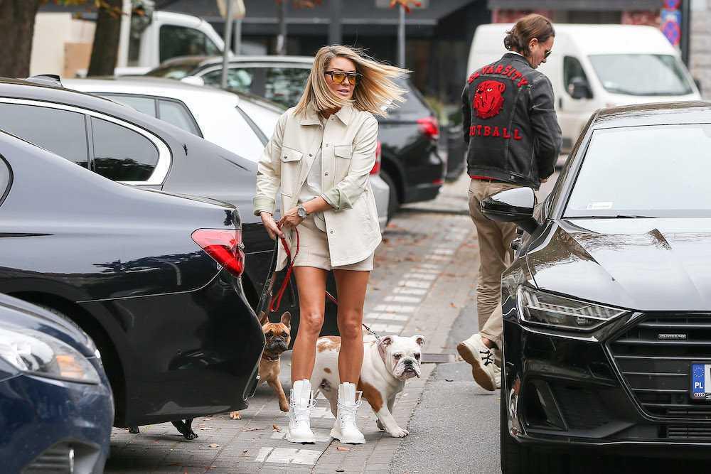 Małgorzata Rozenek w jasnej stylizacji na spacerze z psami