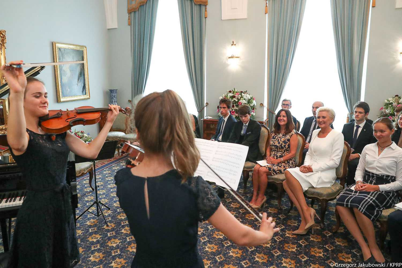 Agata Duda w białej kreacji na spotkaniu z Karen Pence
