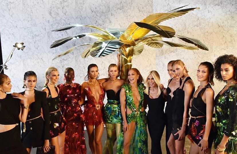 Anja Rubik, Jennifer Lopez, Irina Shayk, Donatella Versace, Gigi Hadid, Stella Maxwell i inni po pokazie Versace