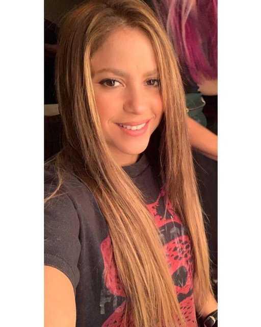 Shakira w prostych włosach