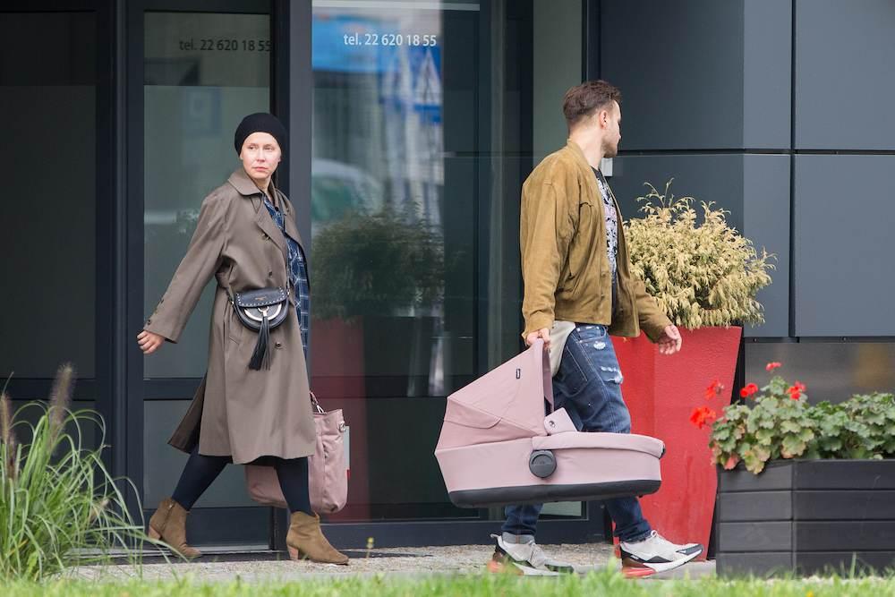 Kasia Warnke i Piotr Stramowski na spacerze z córką