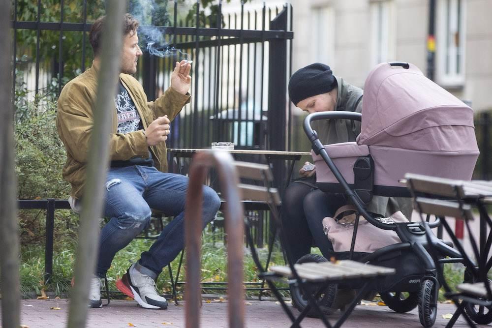 Piotr Stramowski pali papierosa przy córce