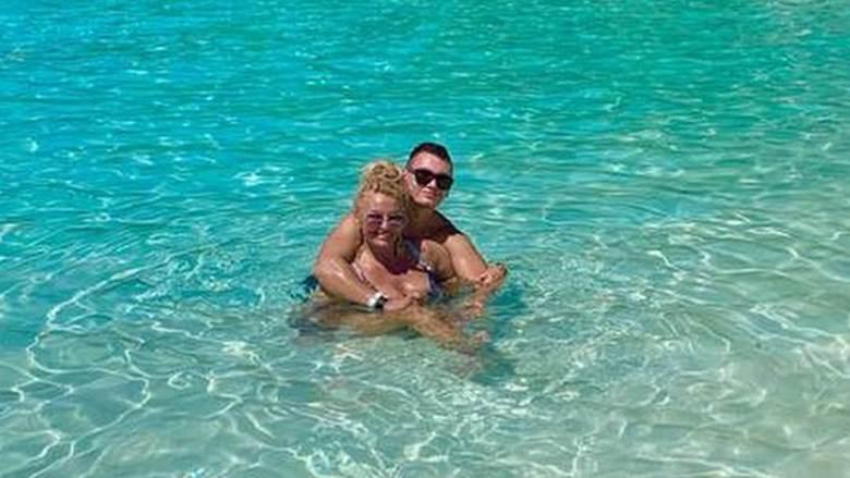 Dagmara Kaźmierska i Conan w krystalicznej wodzie na Malediwach