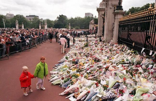 Księżna Diana - kwiaty na jej grobie