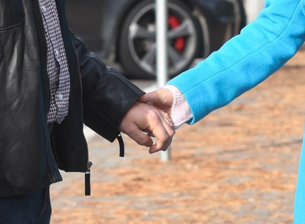 Edyta Górniak z instruktorem prawa jazdy trzymają się za ręce