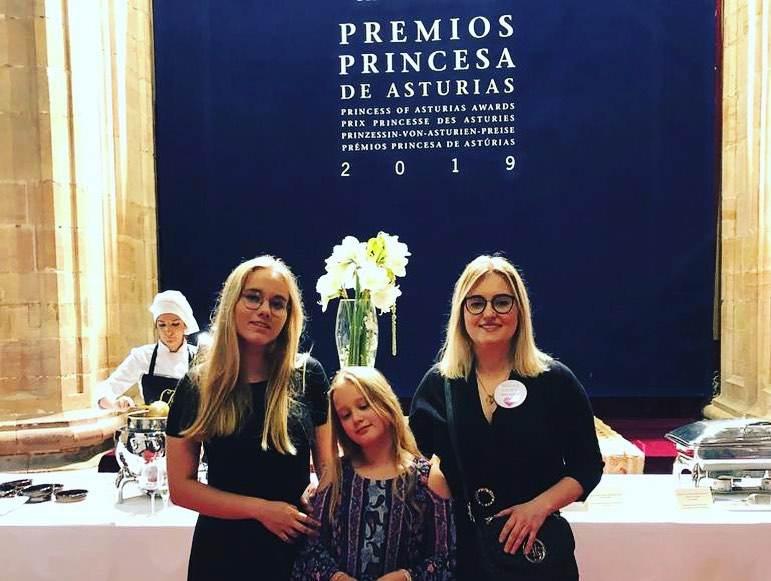Magdalena Adamowicz razem z córkami odbiera nagrodę Księżnej Asturii
