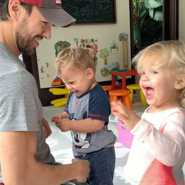 Enrique Iglesias został ojcem! Pokazał rozczulające zdjęcie z noworodkiem. Był przy porodzie Anny Kournikovej zdjecie 1