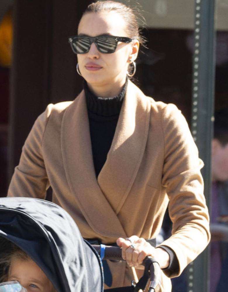 Irina Shayk w brązowym płaszczu
