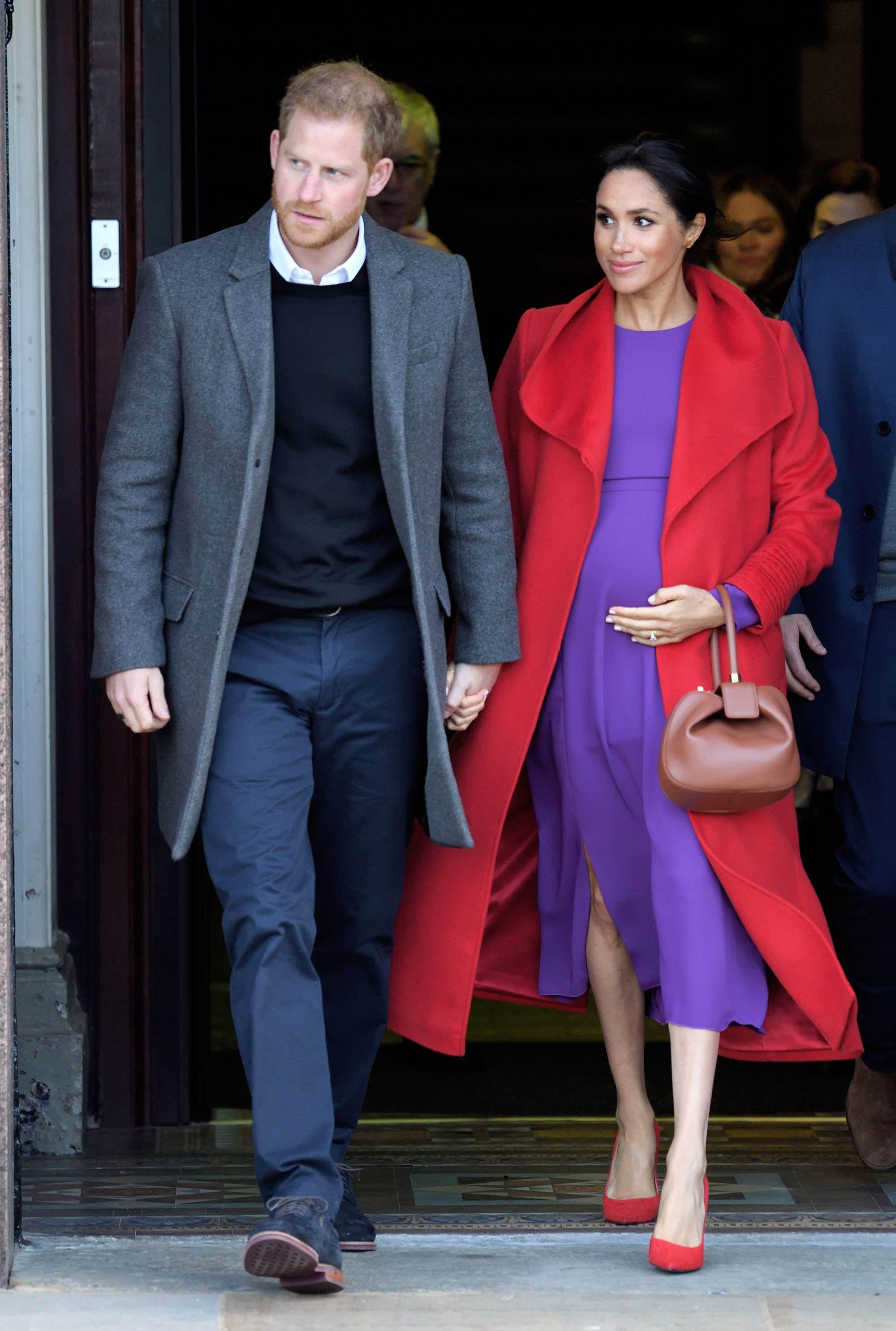 Meghan Markle w fioletowej sukience i czerwonym płaszczu – styczeń 2019