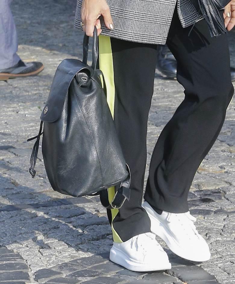 Kinga Rusin w sportowych butach wychodzi z Dzień Dobry TVN