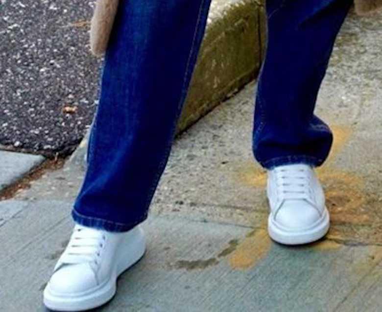 J.Lo nosi luźne spodnie i białe adidasy