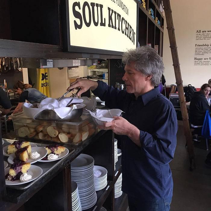 Jon Bon Jovi otworzył dwie restauracje z darmowymi posiłkami dla biednych i bezdomnych