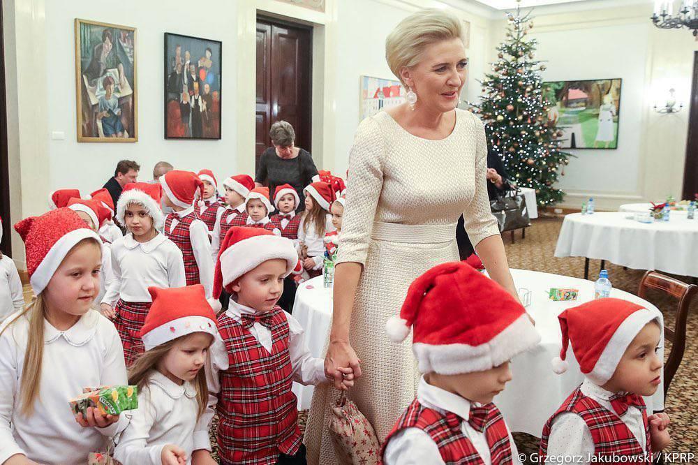 Agata Duda w pięknej sukience na spotkaniu mikołajkowym